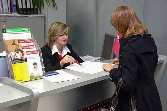bank-kredit-procenty-devushka-v-banke